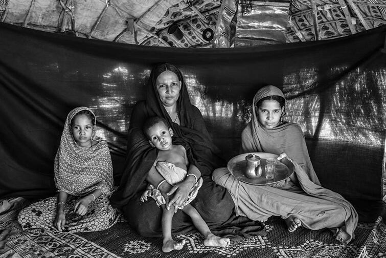 Zdjęcie z wystawy Najważniejsza Rzecz: matka z dziećmi - należą do prześladowanego afrykańskiego plemienia Tuaregów. Najważniejszy jest dla nich imbryk do parzenia herbaty, od której zaczynają każdy dzień