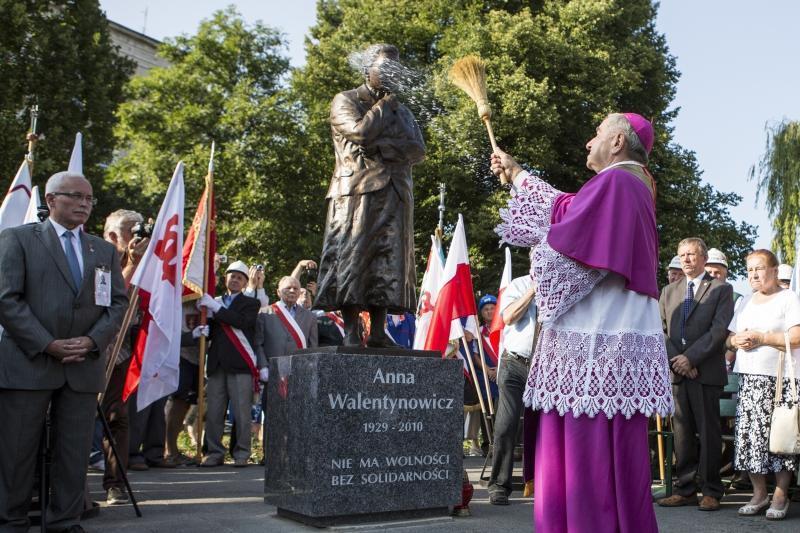 Odsłonięcie pomnika Anny Walentynowicz w sierpniu 2015 roku. Gdańsk Wrzeszcz u zbiegu Al. Grunwaldzkiej i ul. Waryńskiego