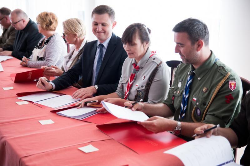 Podpisanie Porozumienia na Rzecz Rozwoju Wyspy Sobieszewskiej. NZ Piotr Grzelak (w środku) obok z prawej Małgorzata Sinica