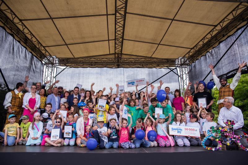 Laureaci Rowerowego Maja`2017 na piknikowej scenie, tuż po rozstrzygnięciu kampanii