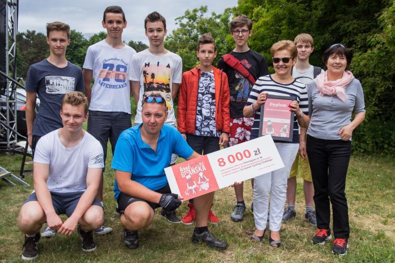 Zwycięzcy rywalizacji gdańskich gimnazjów - po raz drugi Gimnazjum nr 48 z Jasienia, czek w rękach Grzegorza Reszki, szkolnego koordynatora i laureata II miejsca w kategorii indywidualnej ECC!