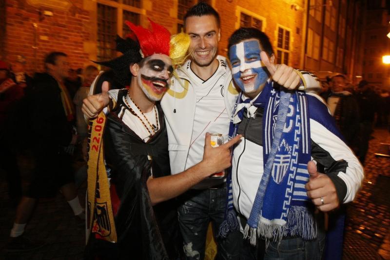 Wspólne świętowanie kibiców Niemiec i Grecji w Gdańsku