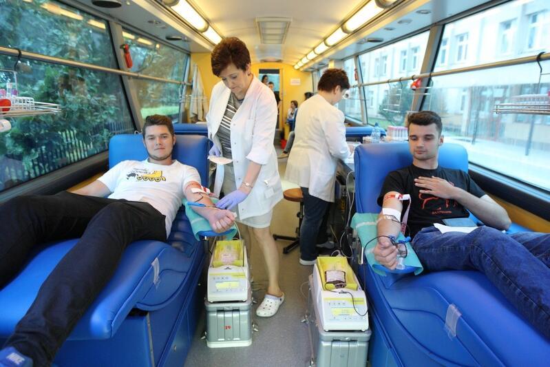 Uczniowie Zespołu Szkół Samochodowych oddają krew podczas XVII Ambulansowego Poboru Krwi