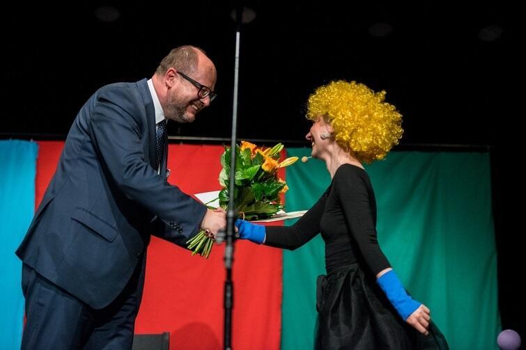Ewelina Dampc przyjmuje gratulacje od prezydenta Pawła Adamowicza