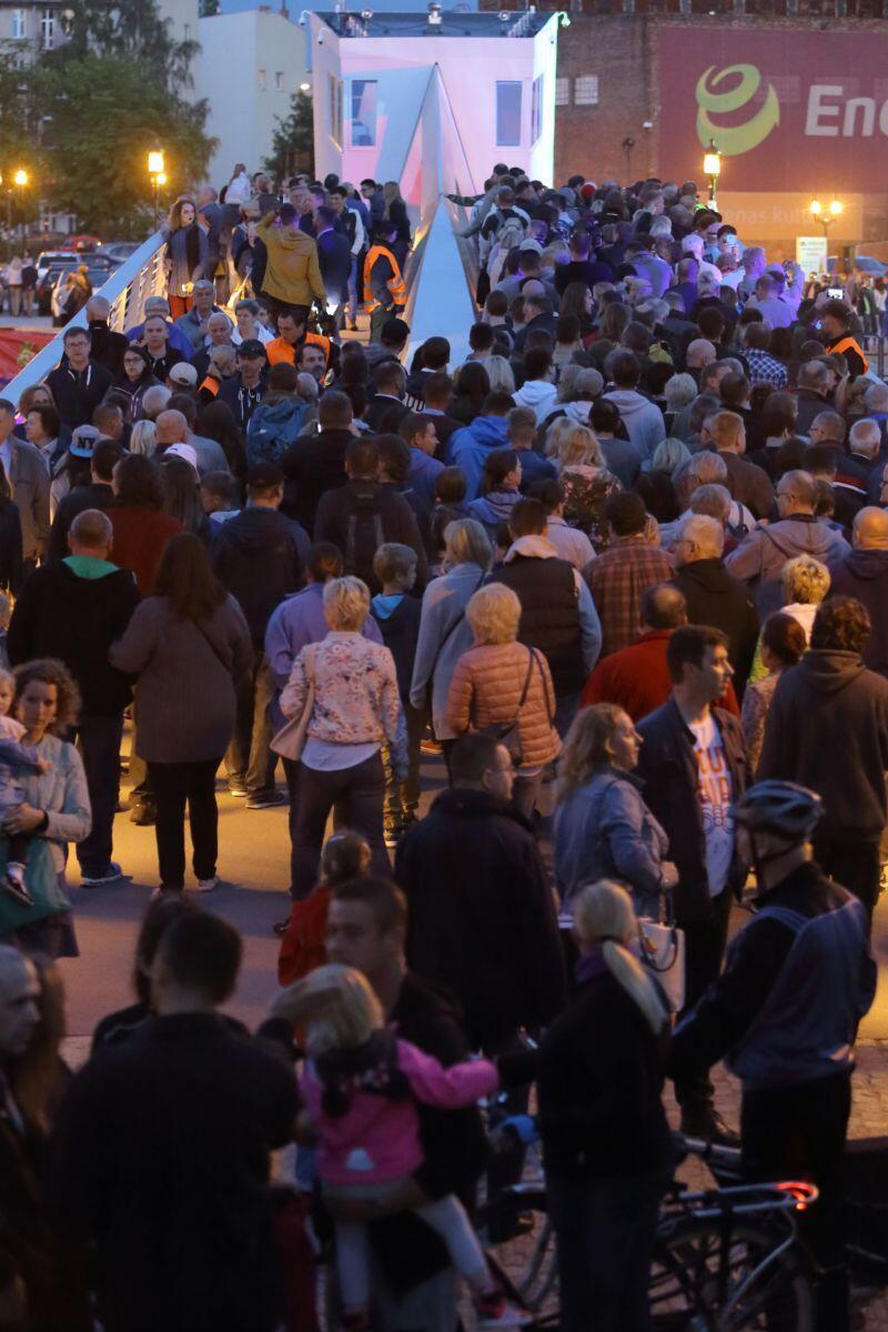 W uroczystym przejściu przez nowy most wzięło udział kilka tysięcy osób