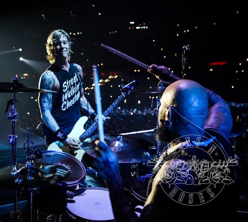 Duff McKagan gra na gitarze basowej w zespole. Jest multiinstrumentalistą. Jako muzyk koncertowy współpracował też z grupą Alice in Chains