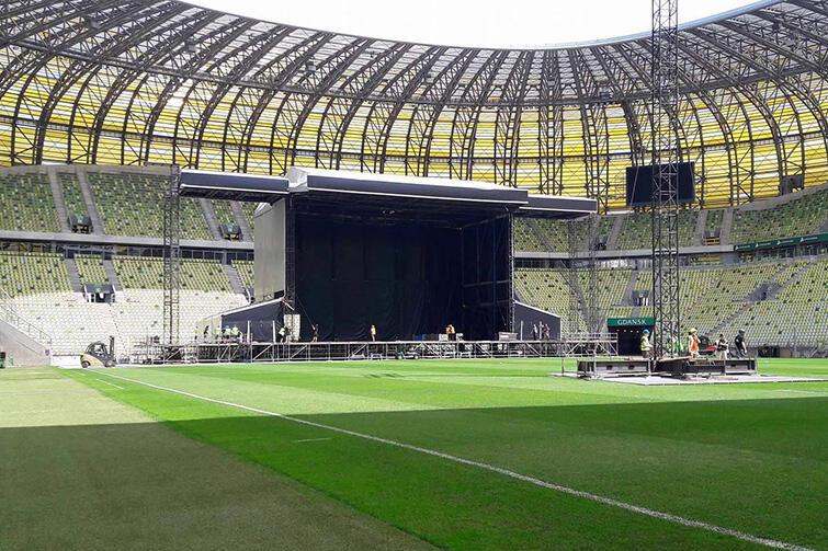 Niedziela, 18 czerwca 2017, trwa budowa sceny na Stadion Energa Gdańsk