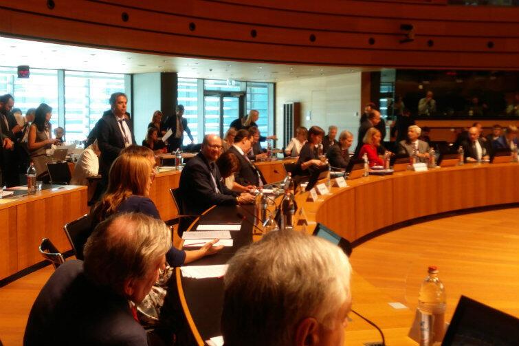 Prezydent Paweł Adamowicz podczas obrad w Luksemburgu (na zdjęciu - w centrum)