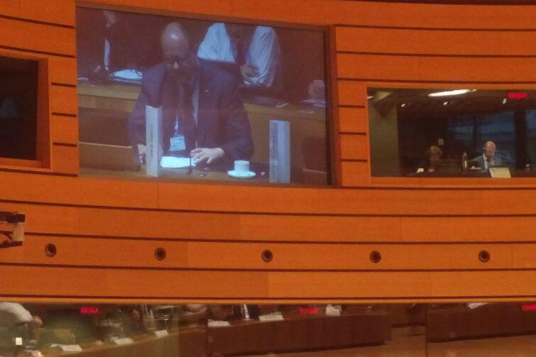 Prezydent Gdańska Paweł Adamowicz podczas przemówienia (obraz na telebimie w sali obrad)