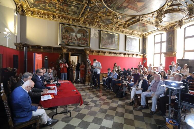 Konferencja prasowa w sprawie Muzeum Gdańska odbyła się w Wielkiej Sali Rady (tzw. Sala Czerwona) w Ratuszu Głównego Miasta