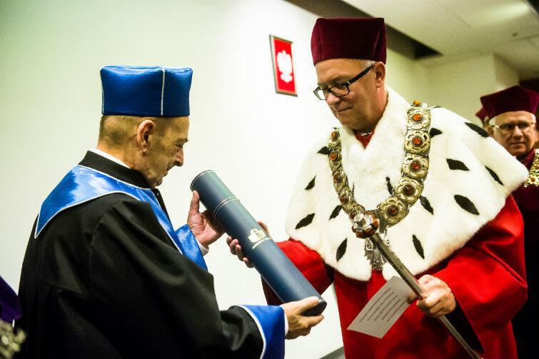 Prof. Lech Garlicki i rektor Uniwersytetu Gdańskiego, prof. Jerzy Gwizdała