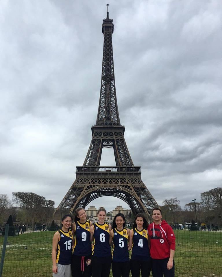 Zawodniczki damskiej drużyny siatkarskiej London School of Economics wraz z trenerem podczas wyjazdu na turniej międzynarodowy w Paryżu, kwiecień 2016 rok