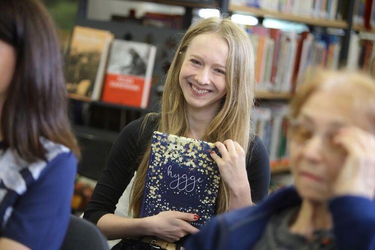 Sylwia Pietrzak z książką o hygge, która podpowiedziała jej, gdzie szukać codziennego szczęścia