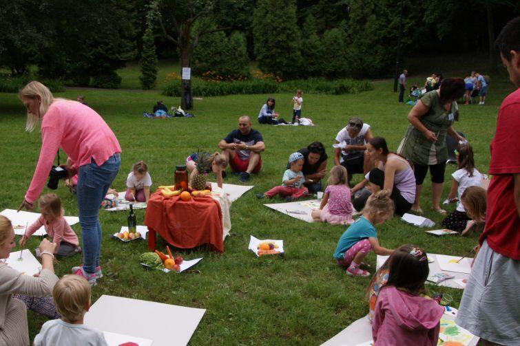 Warsztaty, podczas których najmłodsi uczyli się malować martwą naturę GAK organizował podczas Święta Parku Oruńskiego. Jakimi zajęciami zaskoczy w ramach swojej najnowszej inicjatywy - Mobilnego Domu Kultury?