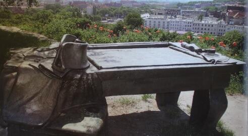 Ta rzeźba – sztabowy stół cesarza z mapą, kapeluszem i płaszczem – ustawiona na Grodzisku upamiętnia wydarzenia sprzed ponad dwustu lat