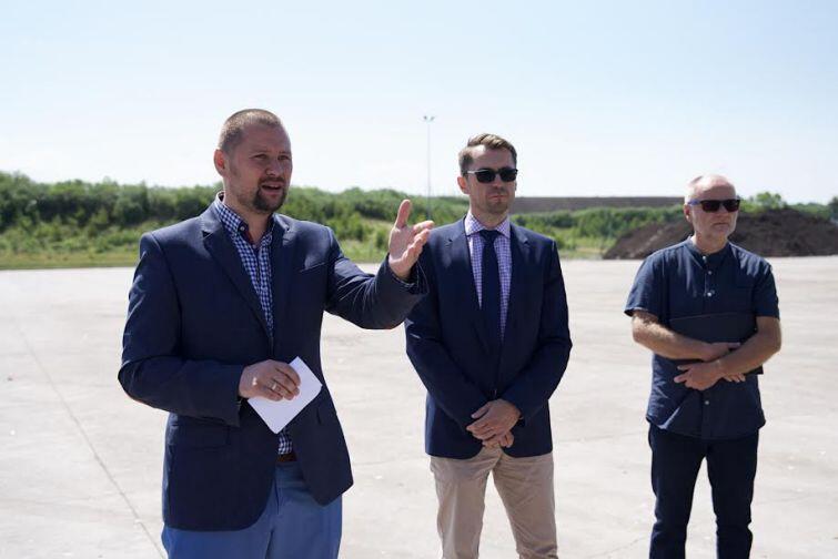 Nz. Cyprian Maciejewski z biura prasowego UM w Gdańsku (pierwszy z lewej), Sławomir Kiszkurno i Jarosław Paczos. To symboliczny dzień dla mieszkańców Gdańska
