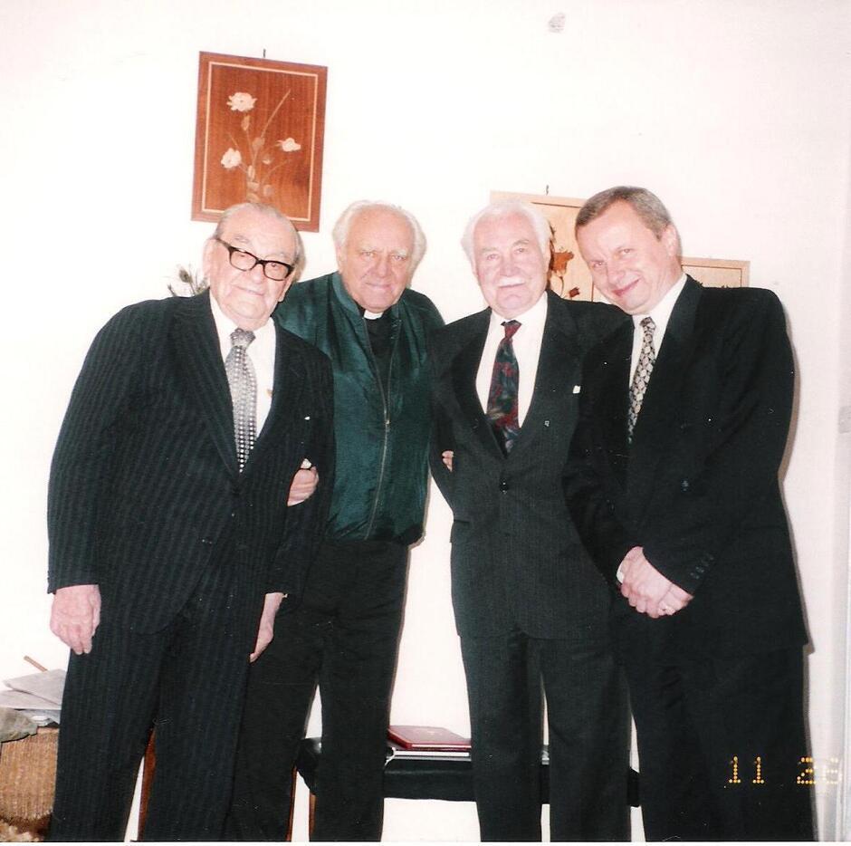 Ze Stefanem Soboniewskim, ks. prałatem Zdzisławem Peszkowskim oraz prezydentem Ryszardem Kaczorowskim, Londyn 1997