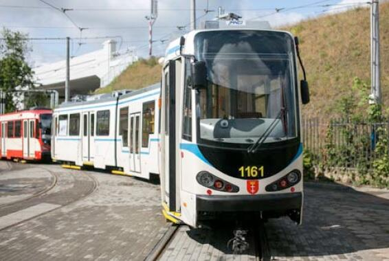 """Dwa tramwaje Deuwag N8C z Kassel pomalowane w różny sposób; na pierwszym planie wóz """"Grassowski"""""""