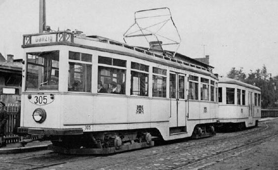 Kremowy tramwaj z niebieskimi pasami i z herbami, numer ewidencyjny 305, co zdradza, że powstał w Gdańskiej Fabryce Wagonów w 1930 roku