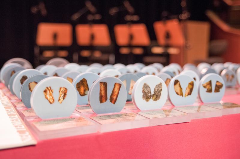 Na małżonków czekały dyplomy i upominki z bursztynem - w końcu uroczystość odbywała się w ramach Światowego Dnia Bursztynu