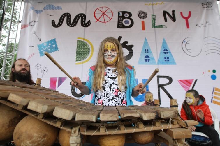 Podczas pierwszego dnia Mobilnego Domu Kultury w Nowym Porcie dzieci zgłębiały m.in. tajniki gry na bębnach djembe