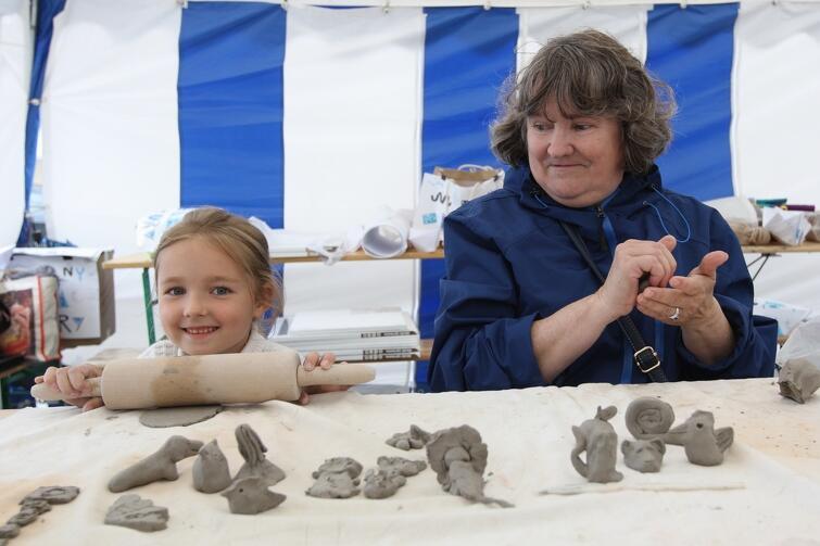 W warsztatach z ceramiki udział brały zarówno dzieci, jak i dorośli