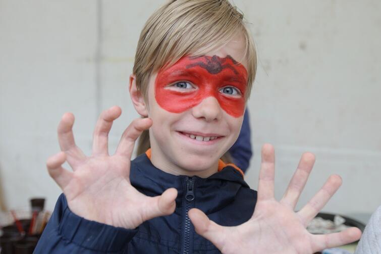 Wolontariuszki z Miejskiego Ośrodka Pomocy Rodzinie wyczarowywały na twarzach najmłodszych wszystko, czego tylko sobie zażyczyli