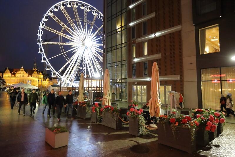 Ogródek przy Puro Hotel (ul. Stągiewna) - brakuje tylko gości (wieczór nie sprzyjał akurat biesiadom w plenerze)