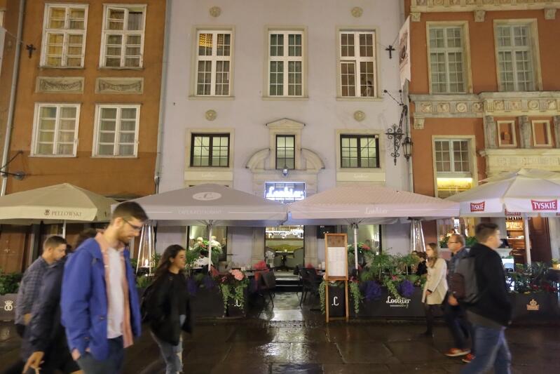 Lookier Cafe przy ul. Długiej: parasole ciemniejsze od elewacji, mnóstwo kwiatów, ale: zimno i deszczowa pogoda