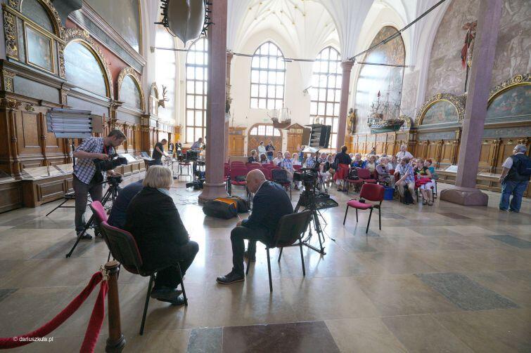 Programowi - realizowanemu w Dworze Artusa na żywo - przyglądali się turyści i mieszkańcy