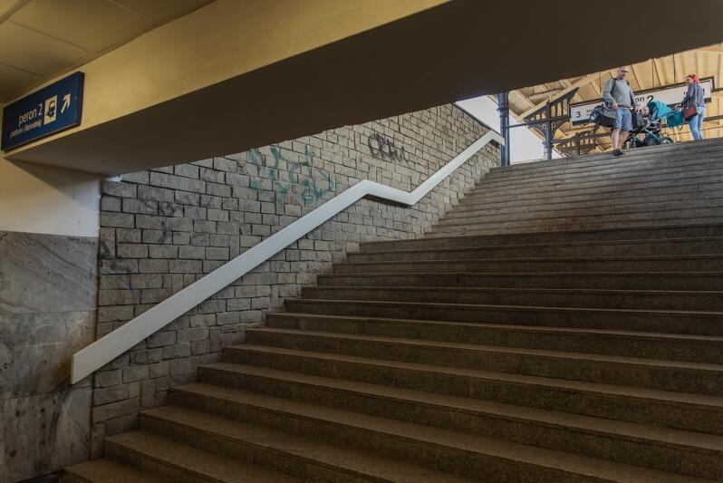 Schody przestaną być barierą dla podróżnych, przy wejściach na perony z obu stron pojawią się windy i ruchome schody