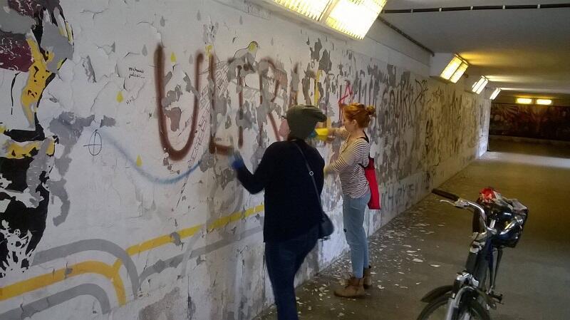 Ściana w podziemnym przejściu jest już czysta i czeka na artystów. Przygotowały ją wraz z Iwoną Zając, pracownice GTS: Karolina Lipińska i Anna Ratkiewicz-Syrek