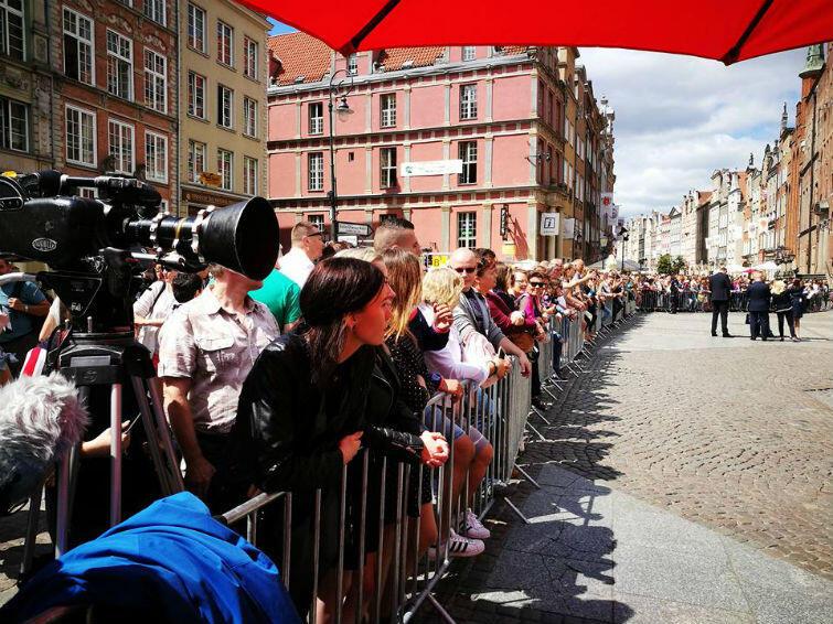 Tysiące osób witały parę książęcą przed Dworem Artusa (na zdjęciu), pod Gdańskim Teatrem Szekspirowskim i Pomnikiem Poległych Stoczniowców. Tylko nieliczni widzieli Kate i Williama z bliska, ale chyba nikt nie żałował, że przyszedł ich powitać