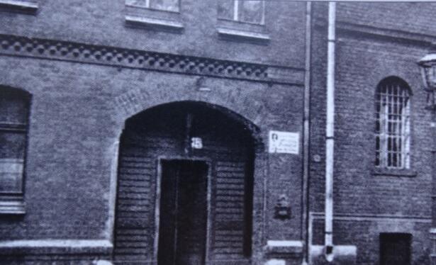 Północne skrzydło więzienia przy Schiesstange 12, brama więzienna, stan z lat 30. Do 1947 roku wchodziło się wprost z ulicy, a później odcinek Kurkowej między Strzelecką i 3 Maja włączono do ścisłego terenu aresztu