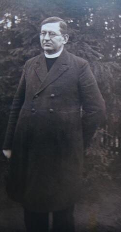 Ks. Alojzy Rapior w latach, kiedy był proboszczem w Lubichowie