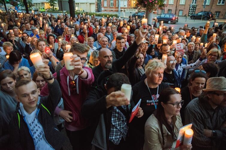 I obowiązkowo świeczki, znicze - bo jest to Protest Światła przeciwko niszczeniu fundamentów polskiej demokracji