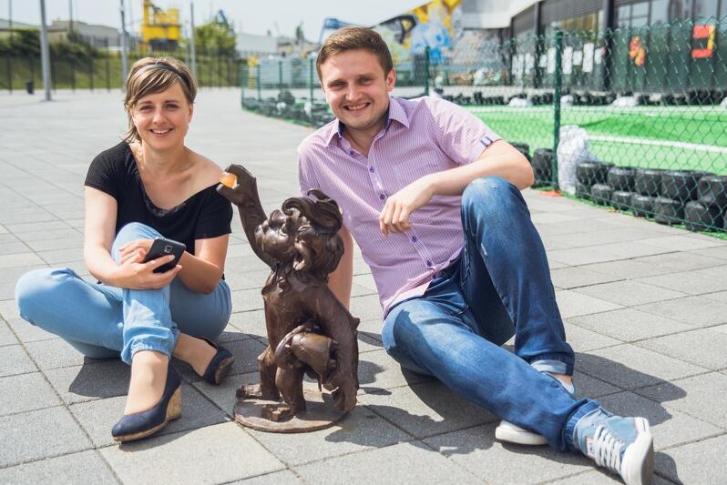 Elżbieta Korybut-Daszkiewicz i Bartłomiej Barski z Gdańskiej Organizacji Turystycznej pozują z jednym z lewków Hewelionów przed Stadionem Energa Gdańsk