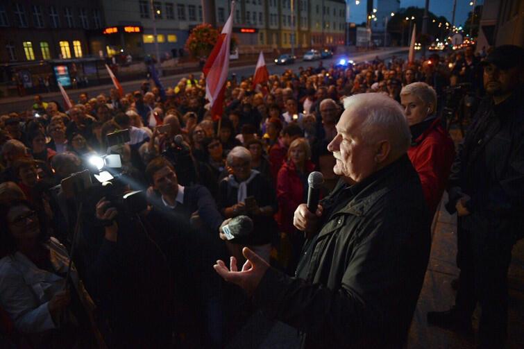 Lech Wałęsa przemawia do zebranych we wtorkowy wieczór, 25 lipca, pod budynkiem Sądu Okręgowego w Gdańsku