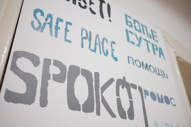 Najpierw dobór słów, a poźniej praca z szablonami. Efekt widać na ścianie poczekalni Centrum Wsparcia Imigrantów i Imigrantek w Gdańsku