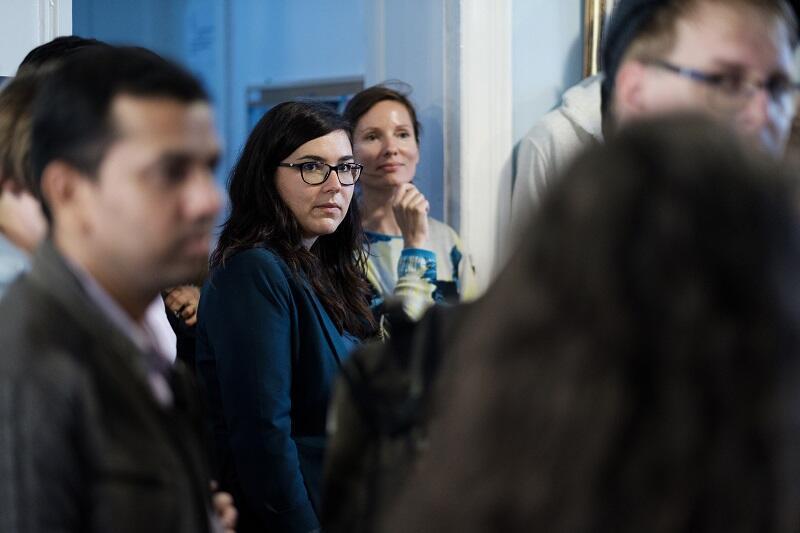 Wernisaż nowej odsłony poczekalni, w środku Anna Fedas, w tle Marta Siciarek - prezeska CWII