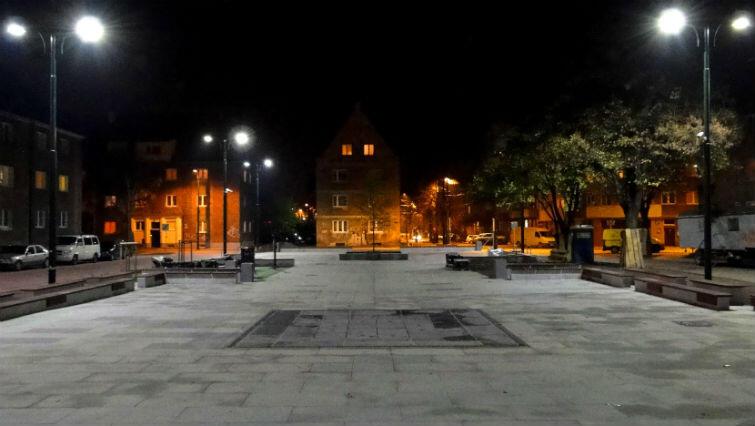 Odnowiony Plac Gustkowicza nocą