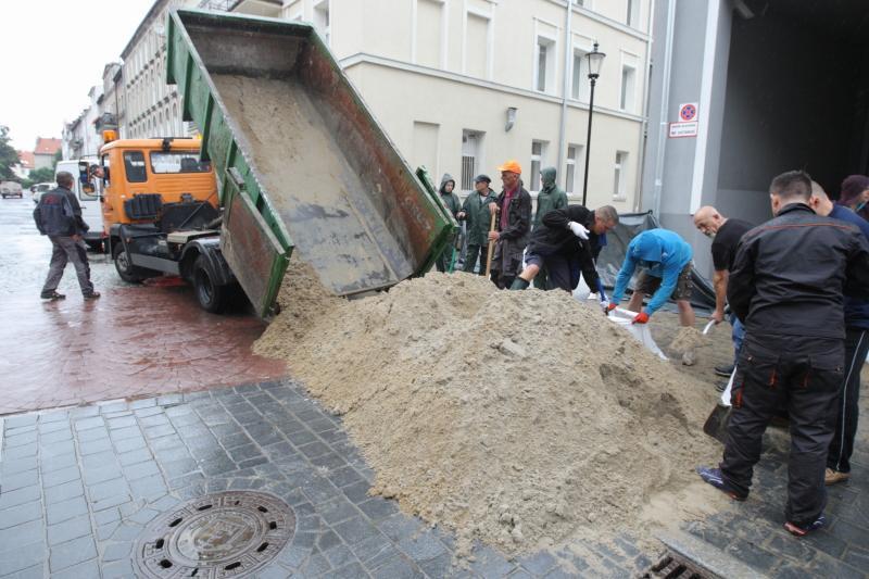 Do ochrony przed zalaniem miasta wykorzystano 145 ton piasku