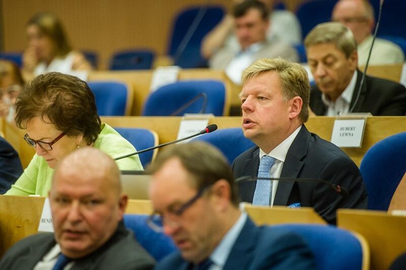 Inicjatorem przyjęcia rezolucji w imieniu klubów radnych PO i PSL w sejmiku był Jacek Bendkowski (w środku)