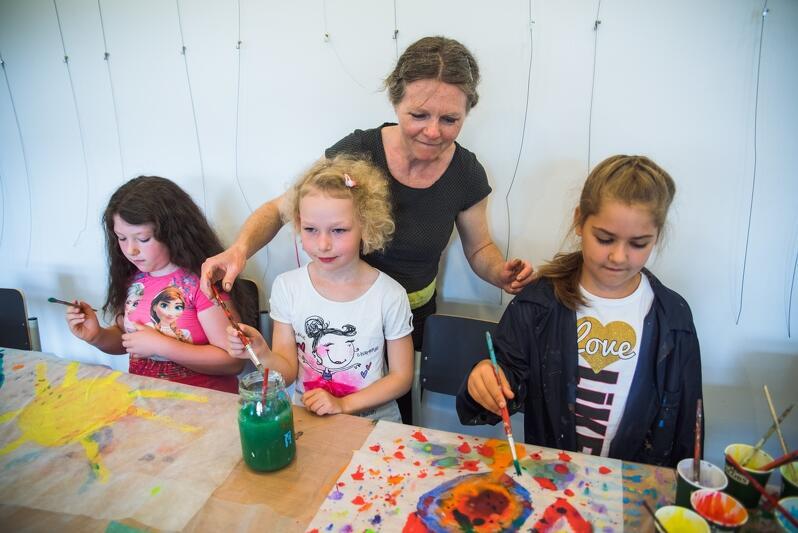 Rysowanie to za mało! Dzieci, które biorą udział w zajęciach Projektorni GAK kręcą filmy, nz. z Izabelą Terek-Jopkiewicz, inicjatorką powstania studia filmowego Mała Projektornia