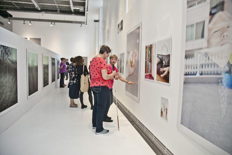 Centrum Sztuki Współczenej Łaźnia już w zeszłym roku postawiło na udogodnienia dla osób niewidomych i niedowidzących, i rozpoczęło oprowadzanie z audiodeskrypcją na żywo