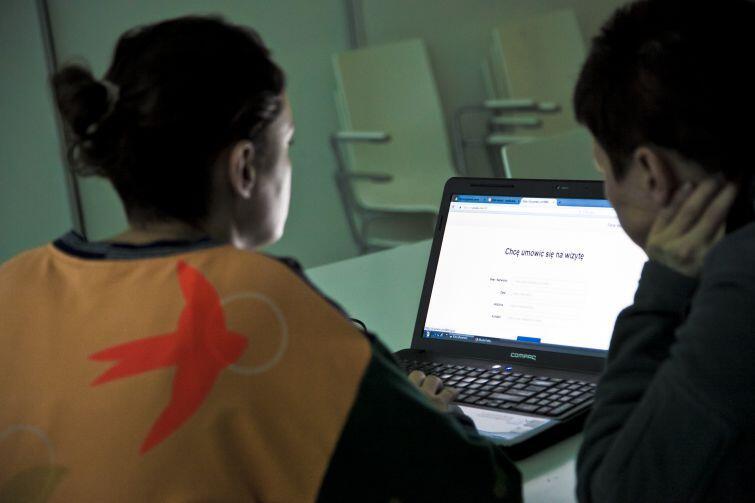 Aby móc skorzystać z pomocy wolontariusza, należy zarejestrować się wcześniej na stronie artseelaznia.pl
