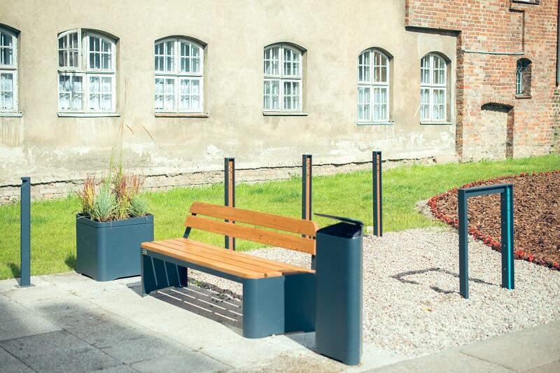 Takie ławki stoją już przy skwerze nieopodal Bazyliki Mariackiej