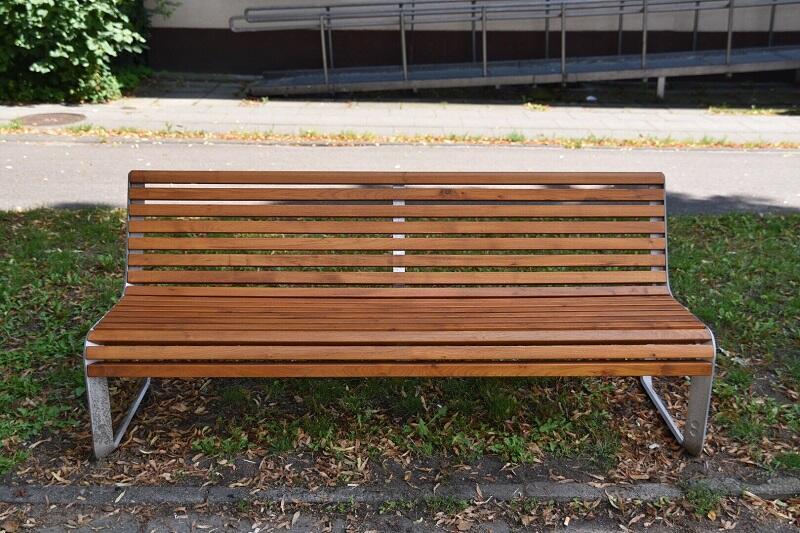 Takie ławki stoją już m.in przy ul. Hallera, Dmowskiego, Partyzantów i Grunwaldzkiej we Wrzeszczu, ale także przy ul Chmielnej (tu w wersji bez oparcia)