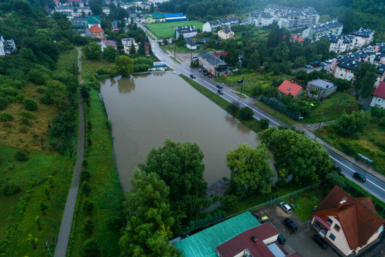 Zbiornik Zabornia przy ul. Cechowej po ulewie w dniach 26-28 lipca. Woda zebrała się po brzegi, dzięki tamom z worów nie wylała się na ulice