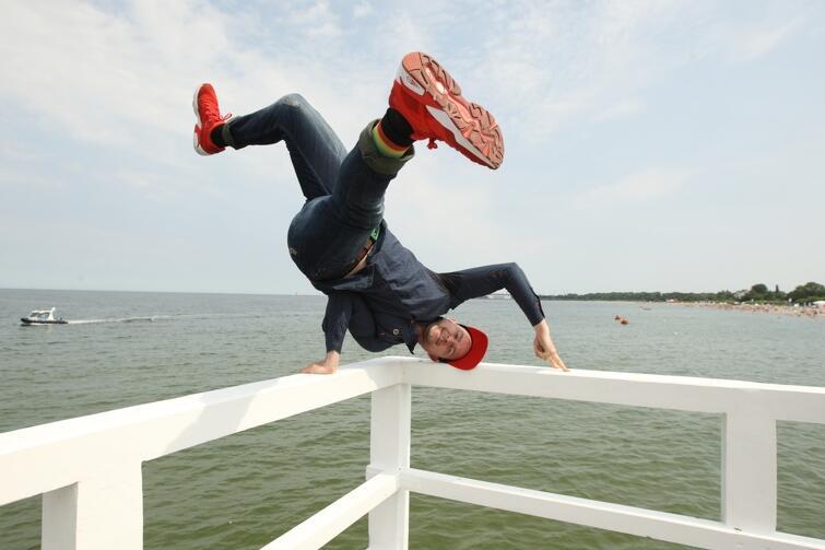 Paulina Sykut-Jeżyna - prezenterka programu Must Be the Music, Victor Borsuk - polski mistrz kitesurfingu oraz tancerz Maciej Florek zostali ambasadorami akcji Miasta Gdańska - Młodość bez procentów. W poniedziałek, 10 lipca, na molo w Brzeźnie kampania miała swoją inaugurację